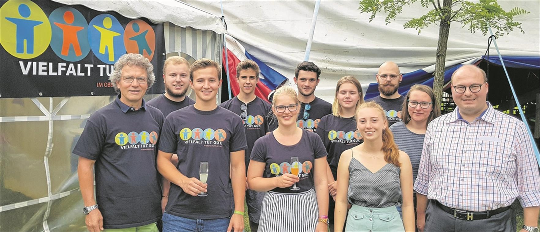 Team von Vielfalt tut gut, Erstwähler und Bürgermeister Armin Mößner (rechts) haben beim Murrhardter Sommerpalast auf die Aktion angestoßen und sich ausgetauscht. Foto: privat